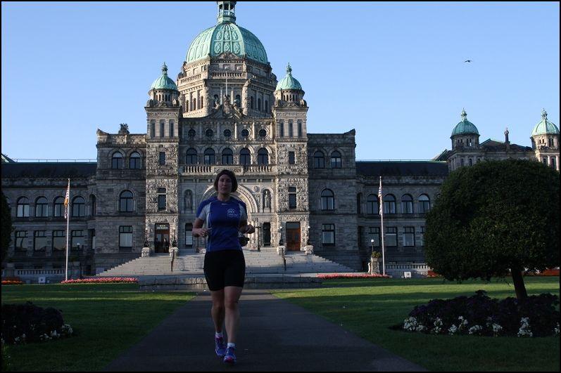 Sonja van Baar voor het Victoria gebouw Vancouver Island parlementsgebouw